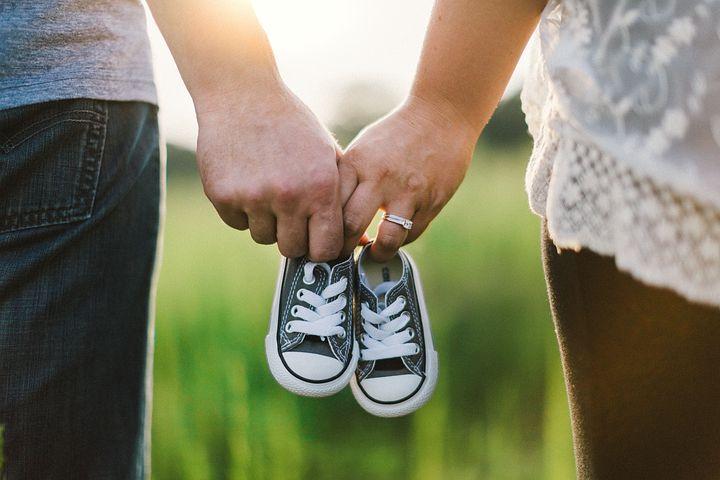 holding-hands-918990__480.jpg